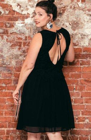 f570cbb2fe23 Mönstrade eller ljusa klänningar kan man gärna kombinera med en kavaj. Det  lättar upp outfiten och döljer små problemzoner. Alltid vackert